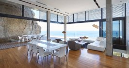 Chambre de type ouvert à luxury house moderne — Photo de stock