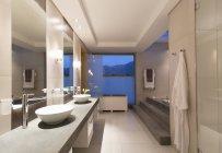 Внутренний вид современной ванной ночью — стоковое фото