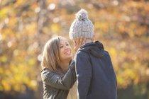 Liebevolle Mutter berühren Gesicht des Sohnes im freien — Stockfoto