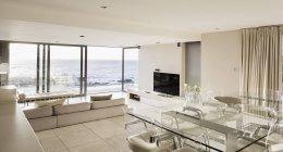 Plan d'étage ouvert blanc moderne avec vue sur l'océan — Photo de stock