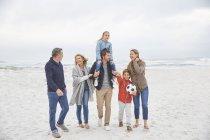 Multi-geração familiar caminhando na praia de inverno — Fotografia de Stock