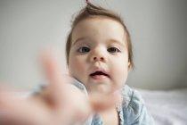 Девочка протягивает руку — стоковое фото