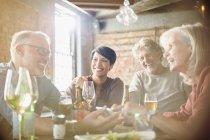 Пары, столовая и с помощью мобильного телефона в столиков в ресторане — стоковое фото