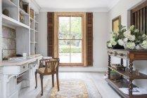 Luxus-Home-Office tagsüber drinnen — Stockfoto