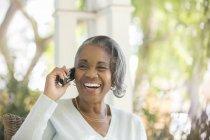 Entusiástica sênior mulher falando no telefone na varanda — Fotografia de Stock