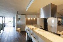 Главная Витрина освещенная, современный, минималистический роскоши интерьер кухни — стоковое фото