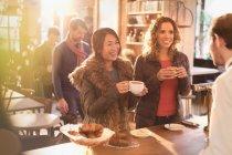 Жінки, що розмовляє з бариста в кафе лічильник — стокове фото