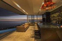 Di là di bar home Vetrina di lusso con vista sull'oceano crepuscolo — Foto stock
