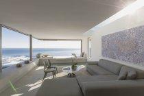 Солнечный современные, роскошные дома витрина Интерьер гостинной с видом на океан — стоковое фото