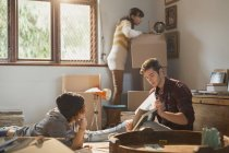 Jeunes amis adultes colocataires déballer des boîtes étudiant dans un nouvel appartement — Photo de stock