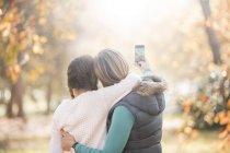 Zärtliche Mutter und Tochter machen Selfie im Freien — Stockfoto