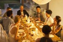 Друзья, есть вместе на ужин участника — стоковое фото