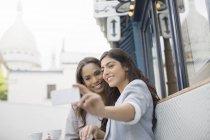 Друзі, приймаючи Автопортрет на тротуарі кафе поблизу Базиліка Сакре-Кер, Париж, Франція — стокове фото