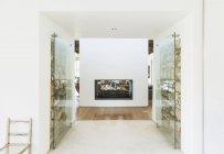 Kamin in modernem Haus tagsüber drinnen — Stockfoto
