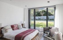 Camera da letto interna Home vetrina con porte patio giardino — Foto stock