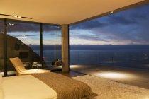 Moderne Schlafzimmer mit Blick auf Meer — Stockfoto