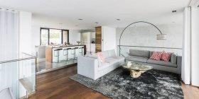 Casa de lujo escaparate interior sala de estar y cocina abierta - foto de stock