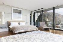 Tapete felpudo no quarto moderno — Fotografia de Stock