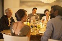 Falando em jantar de amigos — Fotografia de Stock