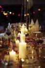 Velas acesas na mesa na festa — Fotografia de Stock