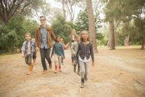 Studenti e insegnanti che cammina all'aperto — Foto stock