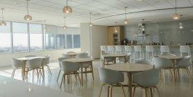 Tables et chaises dans la cafétéria de bureau moderne — Photo de stock