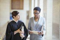 Juez y abogado hablando en el Palacio de justicia - foto de stock