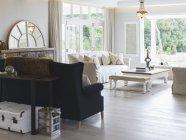 Salle de séjour de luxe pendant la journée — Photo de stock