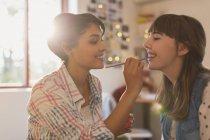 Молодые женщины друзей нанесения макияжа — стоковое фото