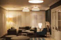 Luzes em cúpula iluminadas sobre vitrine casa sala — Fotografia de Stock