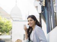 Frau trinkt Espresso im Straßencafé in der Nähe der Basilika Sacre Coeur, Paris, Frankreich — Stockfoto