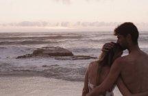 Ласковая молодая пара на тихом пляже — стоковое фото