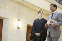 Juge et avocat parlant dans le Palais de justice — Photo de stock
