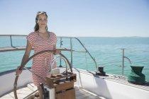 Жінка керма човен на воді — стокове фото