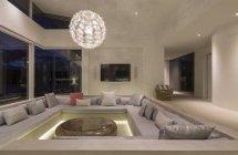 Освещены современные роскошные дома витрина интерьер гостиной с Люстра — стоковое фото