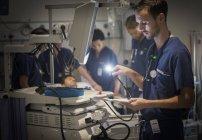 Група лікарів догляд за пацієнтом у відділенні лікарні — стокове фото