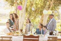 Família reunida olhando para o jardim — Fotografia de Stock