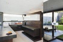 Кухня в современном доме в помещении в дневное время — стоковое фото