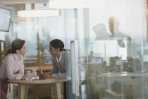 Бізнес-леді говорити в конференц-залі зустріч — стокове фото