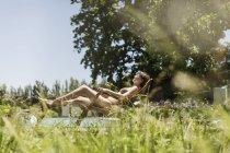 Женщина отдыхает в гостиной кресло на открытом воздухе — стоковое фото