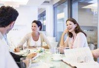 Negócios falando em reunião — Fotografia de Stock