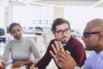 Ділових людей говорити в зустріч на сучасні офісні — стокове фото