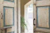 Close up di porte e maniglie di casa rustica — Foto stock