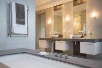 Вид интерьера современной ванной — стоковое фото