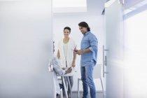 Улыбающиеся бизнесмены разговаривают в конференц-зале — стоковое фото