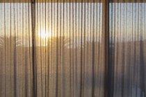 Pôr do sol tranquila atrás das cortinas de gaze — Fotografia de Stock
