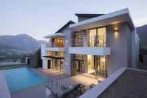 Modern house with swimming pool at dusk — Stock Photo