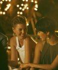 Frauen Lachen auf party — Stockfoto