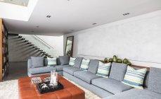 Интерьер гостиной дома Витрина с давно секционные диван — стоковое фото