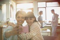 Compañeros de amigos de las mujeres jóvenes abrazos selfie de toma con la cámara del teléfono - foto de stock